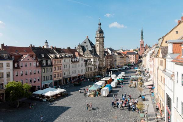 Altenburger Markt mit Gruppe Stadtfuehrung