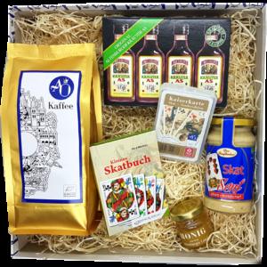 Das passende Geschenk für Skatliebhaber - die Skat-Box mit Spielkarten, Kaffee, Schnaps und Senf mit Skatmotiven.